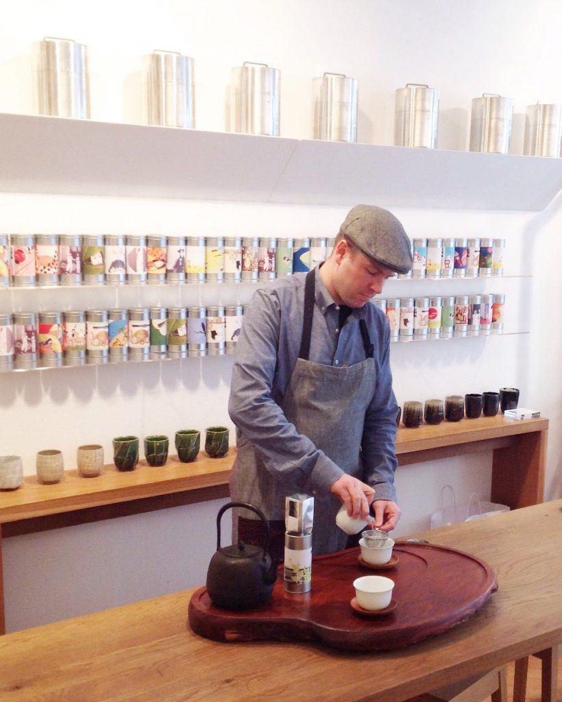 Tim sert le thé chez Postcard Teas
